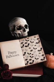 Conceito de halloween do livro de mock-up com crânio