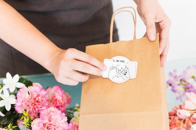 Conceito de jardinagem com mulher preparando bolsa