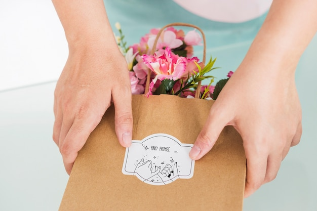Conceito de jardinagem com mulher segurando o saco com flores