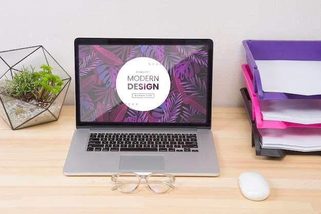 Conceito de mesa com laptop e óculos Psd grátis