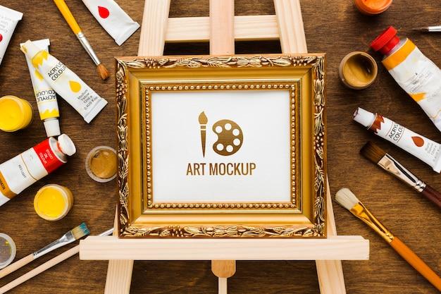 Conceito de mesa de artista com moldura dourada