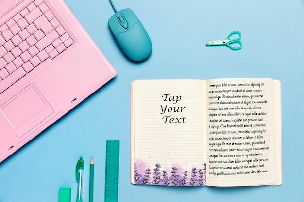 Conceito de mesa vista superior com livro aberto