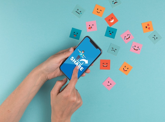 Conceito de mídia social com smartphone e mensagem