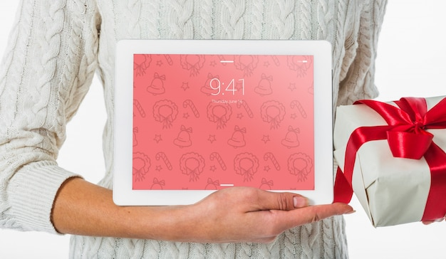 Conceito de natal com mulher segurando o tablet maquete