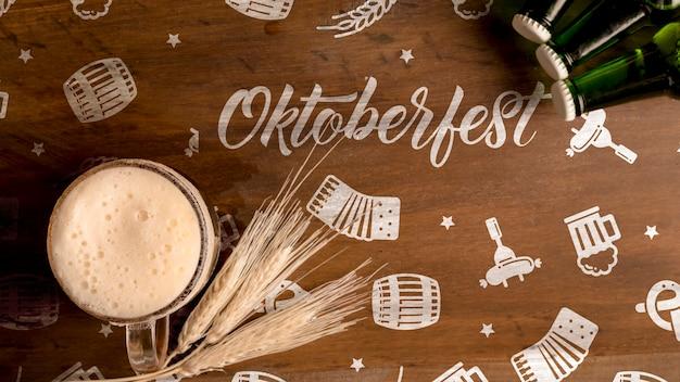 Conceito de oktoberfest em fundo de madeira