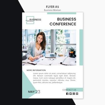 Conceito de panfleto com design de mulher de negócios