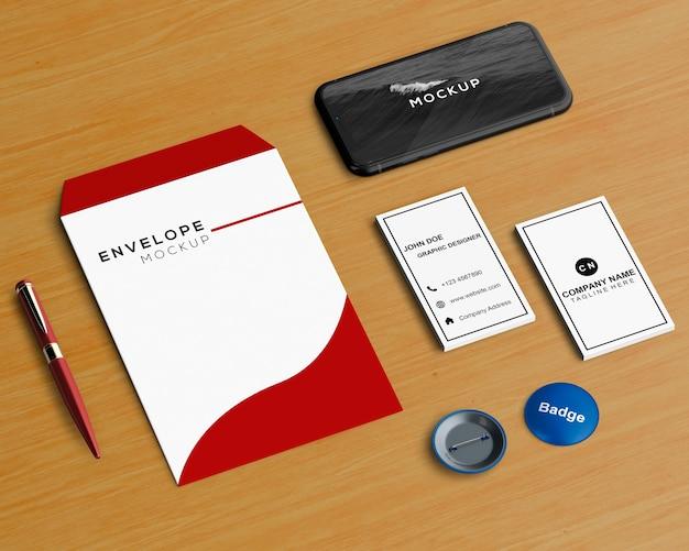 Conceito de papelaria com envelope e smartphone maquete