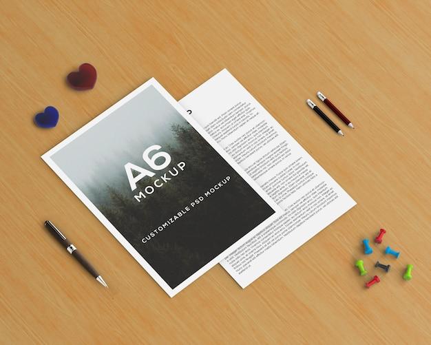Conceito de papelaria com maquete de brochura a6