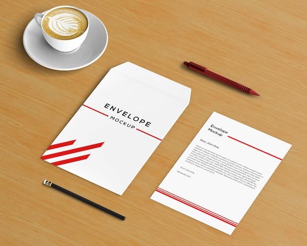 Conceito de papelaria com maquete de envelope e café