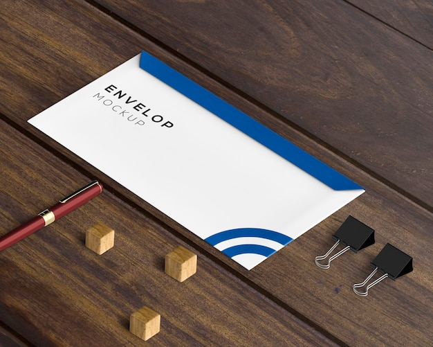 Conceito de papelaria com maquete de envelope