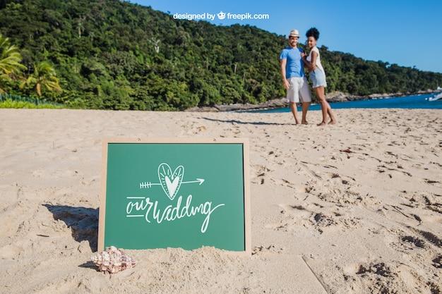 Conceito de praia com ardósia e casal em segundo plano