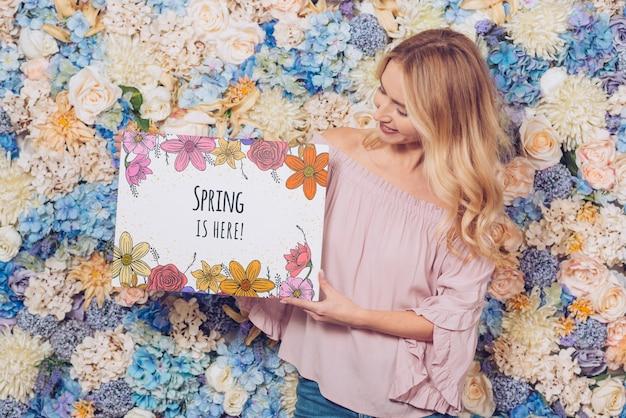 Conceito de primavera com mulher segurando o maquete de papel