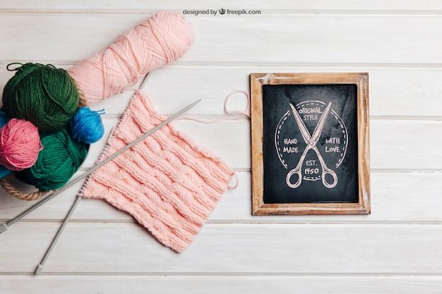 Conceito de tricô com ardósia e cesto