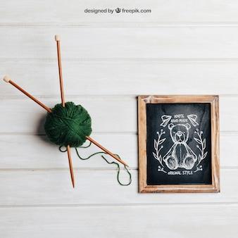 Conceito de tricô com ardósia e varas em lã