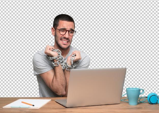 Conceito de um jovem em causa acorrentado a internet