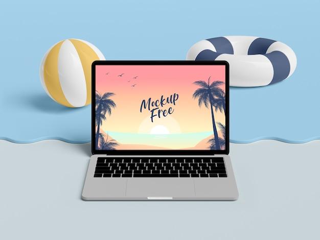 Conceito de verão com laptop e mar
