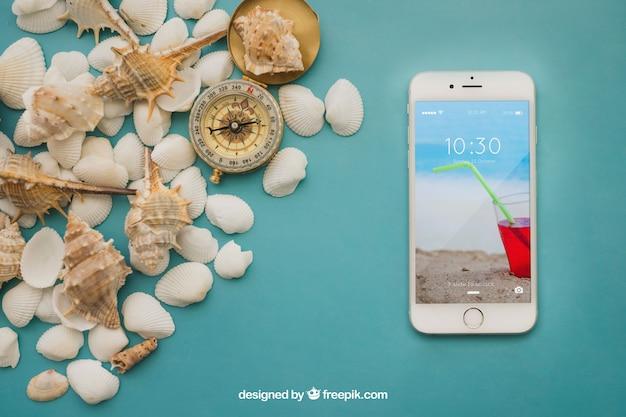 Conceito de verão com smartphone e conchas