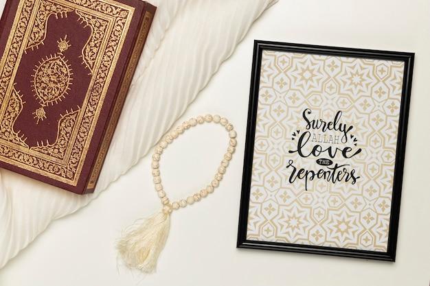 Conceito religioso com moldura e bíblia