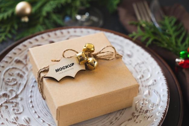 Configuração de mesa de natal com caixa de presente. fundo festivo de inverno.