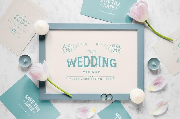 Configuração gorda do quadro de casamento com tulipas e velas
