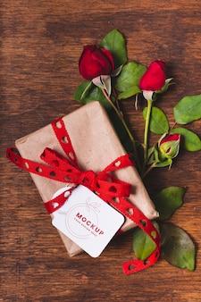 Configuração plana do presente com rosas
