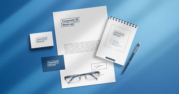 Conjunto de artigos de papelaria minimalista mock-up com elementos móveis