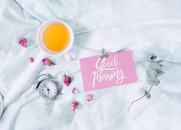 Conjunto de café da manhã romântico e cartão