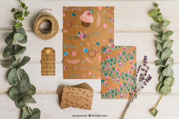 Conjunto de casamento em papelão com decoração floral