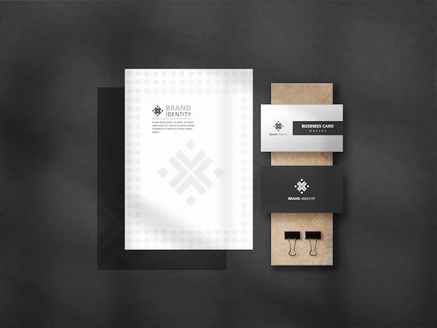 Conjunto de maquete de papelaria escuro com textura de madeira premium psd