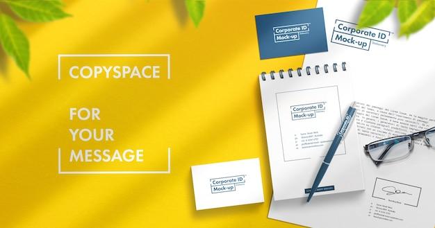 Conjunto de papel de carta de identidade simulado com espaço de cópia grátis