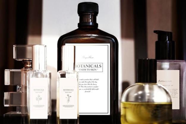 Conjunto de produtos botânicos para a pele no banheiro