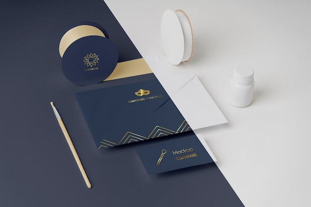 Convite de carnaval em ângulo alto em envelope com fita adesiva e pincel