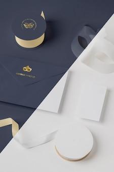 Convite de carnaval em ângulo elevado em envelope com máscara e fita adesiva