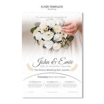 Convite de casamento bonito com buquê de flores