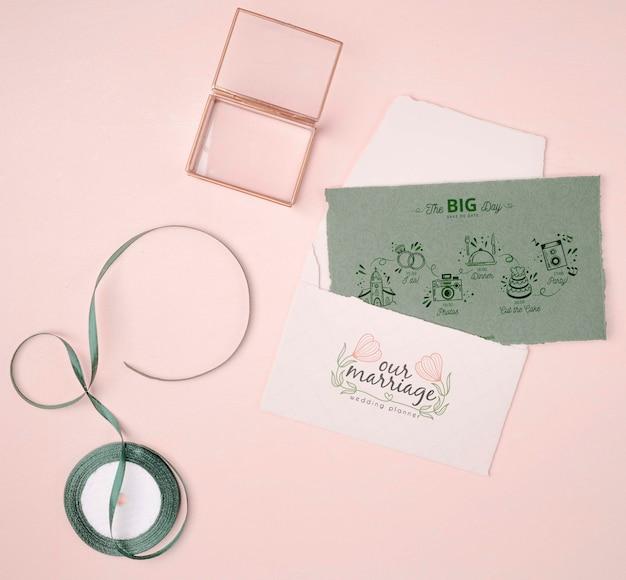 Convite de casamento colorido com fita