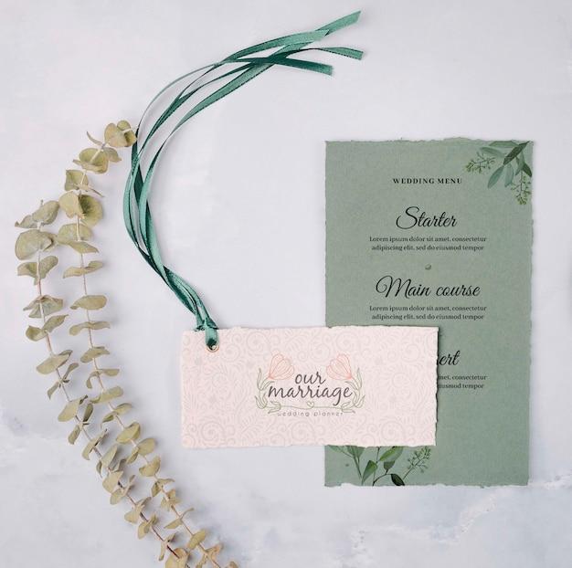 Convite de casamento colorido de artigos de papelaria
