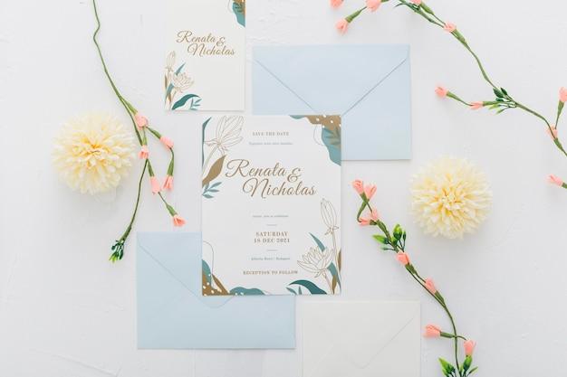 Convite de casamento com maquete de flores