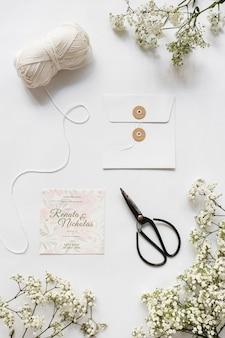 Convite de casamento de papelaria vista superior com maquete
