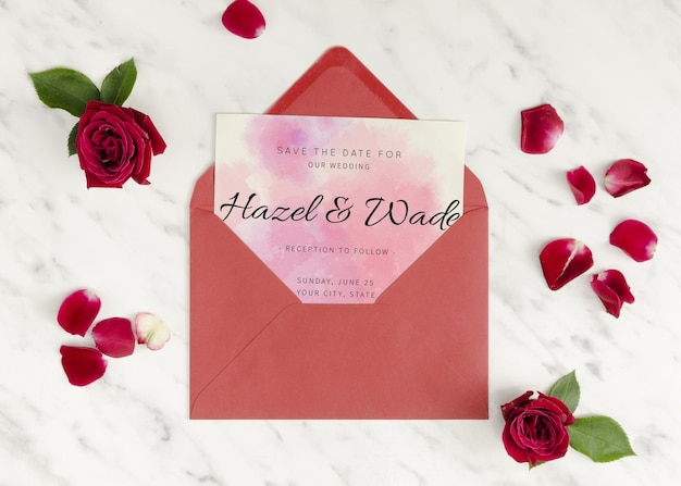 Convite de casamento em um envelope com rosas