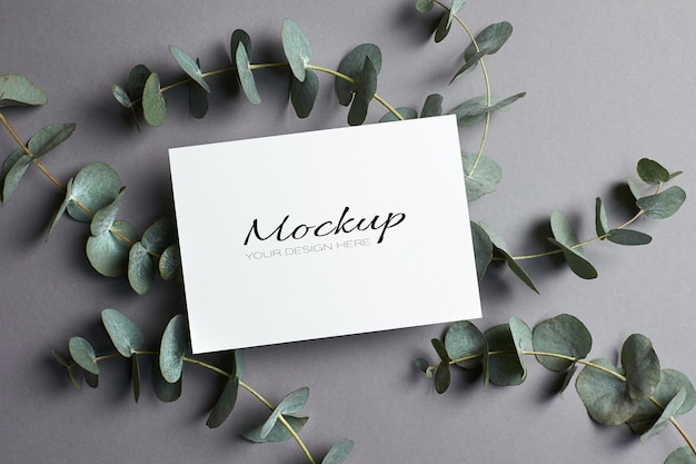 Convite de casamento ou maquete de cartão comemorativo com galhos de eucalipto em cinza