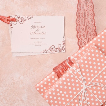 Convite de casamento romântico com presente