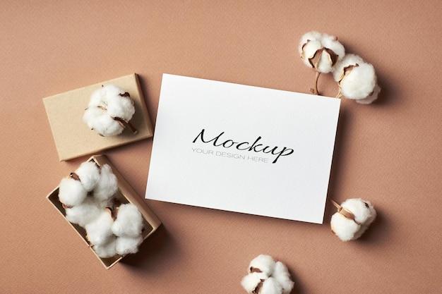 Convite estacionário ou maquete de cartão comemorativo com decoração de algodão puro natural