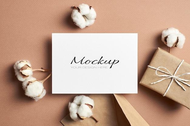 Convite estacionário ou maquete de cartão comemorativo com envelope