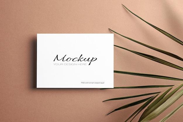 Convite ou cartão de felicitações, maquete estacionária com folha de palmeira de natureza seca