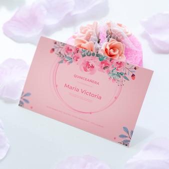 Convite para doce quinze e buquê de flores