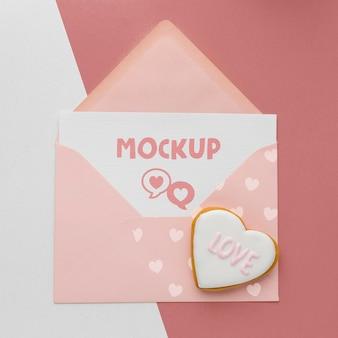 Cookie de dia dos namorados de vista superior com carta de maquete
