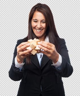 Cool business-woman com cubo de quebra-cabeça