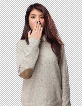 Cool chinese-woman cobrindo-boca