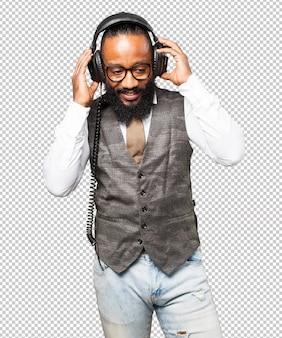 Cool homem negro com fones de ouvido