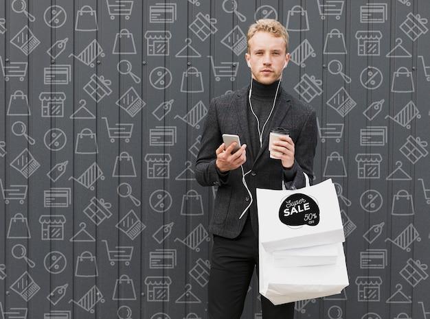 Cópia-espaço masculino na hora da compra